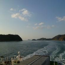 周防大島を左に、二神島を右に見て海峡を走るフェリー