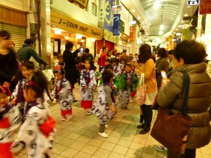 商店街を練り踊る孫たち