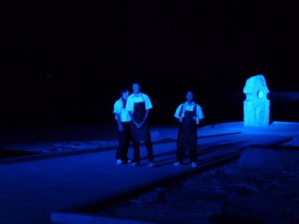月の光とカクテル光線で照らされた恋人岬で熱演の伊予農校生