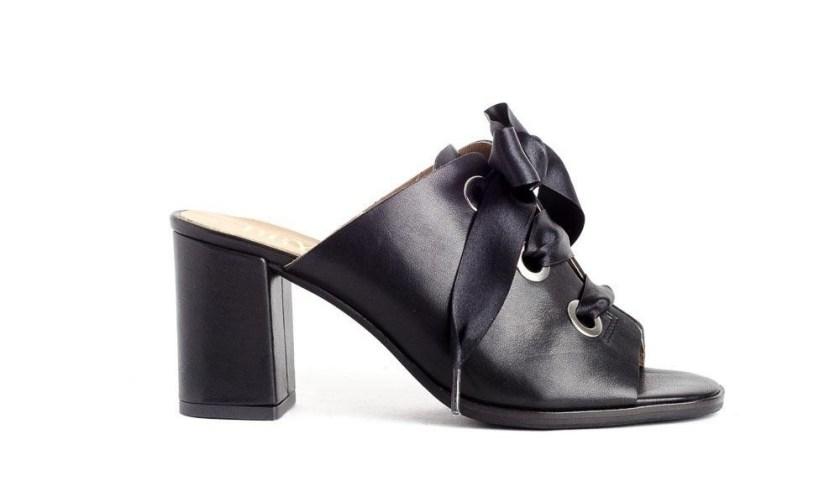 Sandalias negras de tacón ancho con lazo