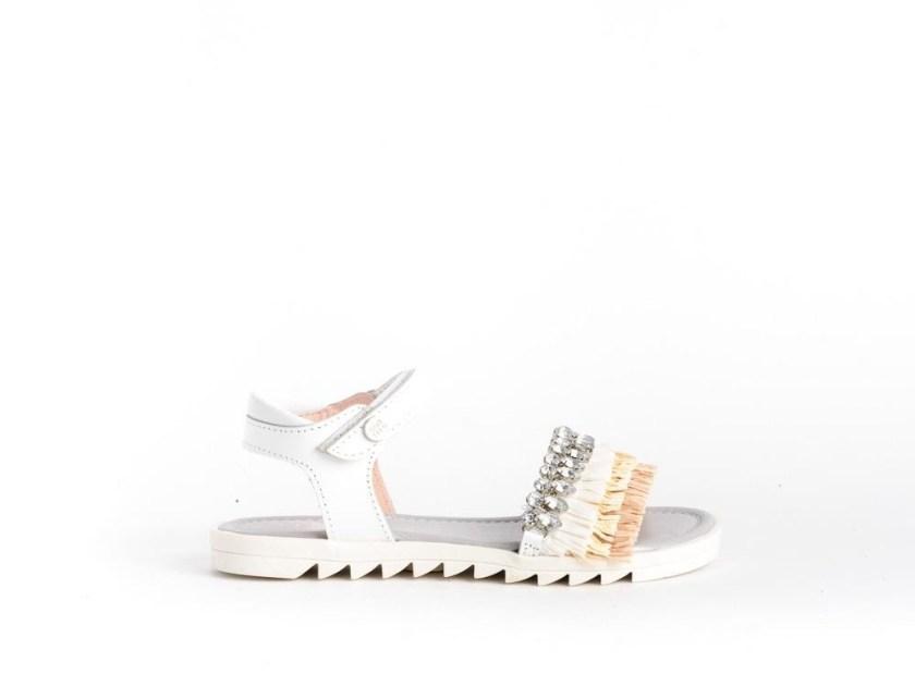 sandalias blancas con abalorios para niña