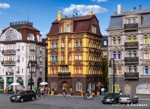 Vollmer - Edificio de ciudad tipo Schlossallee 3, Escala H0, Ref: 43813.