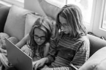 Laïs en Anna op de computer