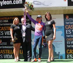 Mayo liderraren maillotarekin podiumean