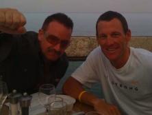 Armstrong eta Bono 2009 Tour bezperan zerbait hartzen