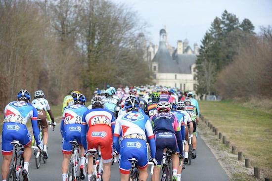 Paris-Nice 2015 - 09/03/2015 - Etape 1 - Saint Remy Les Chevreuse - 196,5 Km - France - Le peloton au passage à Chambord