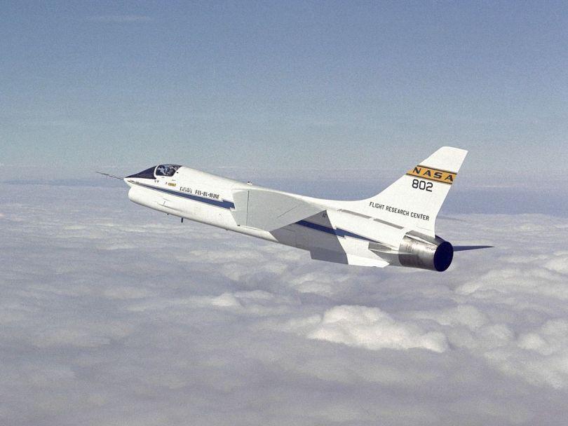 F-8 pionero de la tecnología fly-by-wire y la investigación de las oscilaciones inducidas