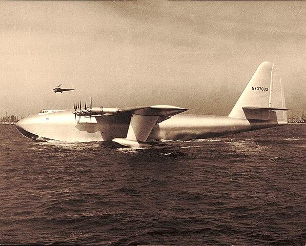 foto del h-4 hercules amerizando