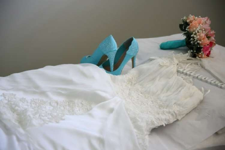 a melhor escolha_ vestido de noiva de um ombro e sapato de noiva azul tiffany
