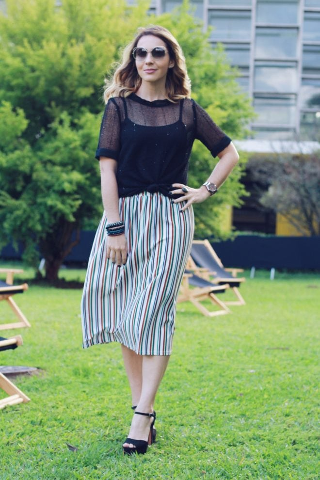Look usado pela Fê Gonçalves na SPFW N42 usando saia mídi e transparência na blusa