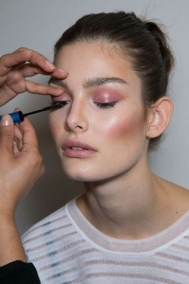 Maquiagem com tons de rosa millennial pink