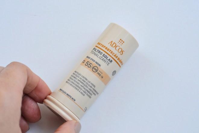 Resenha do filtro solar com cor FPS 55 Base Stick da Adcos