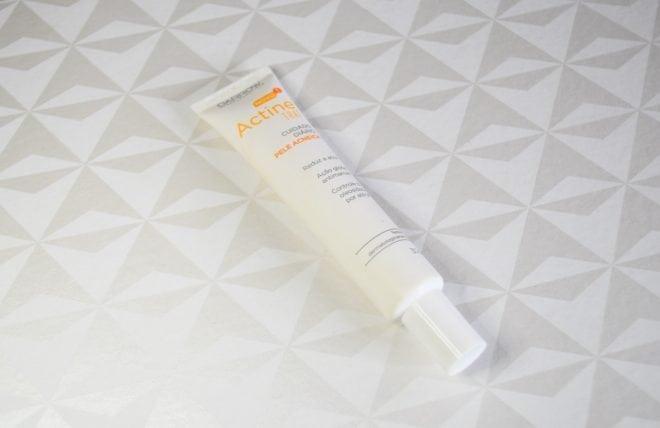 Resenha com dicas de como cuidar da pele oleosa e com acne. No vídeo também tem dica de produto para pele sensível e protetor solar com cor.