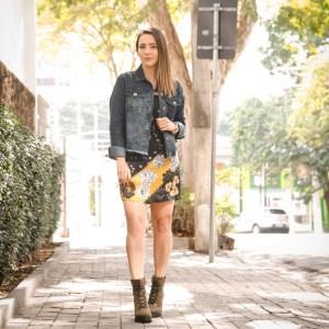Como combinar vestido, jaqueta jeans e bota coturno pesada