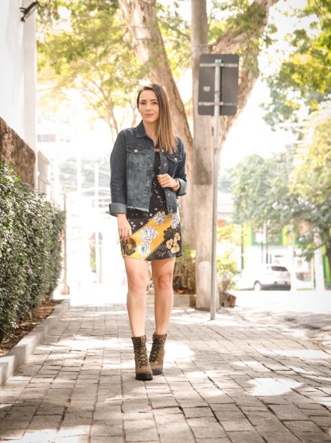 Como combinar vestido, jaqueta jeans e bota coturno no look de inverno