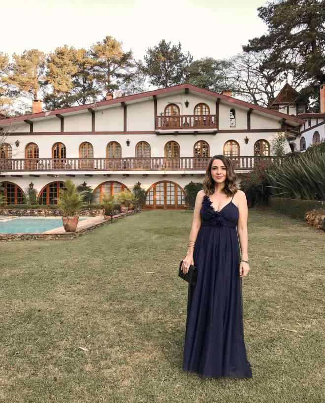 Inspiração de look com vestido longo de festa azul marinho de alcinhas e com fluidez