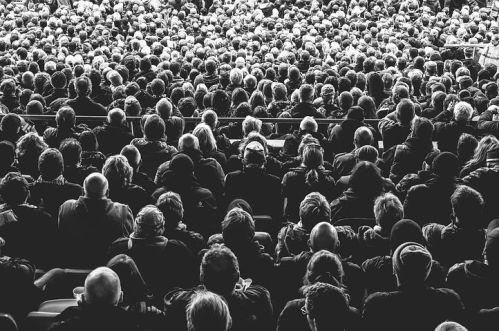 LA CHAÎNE DU LIVRE –  Manifestations littéraires - foule de gens