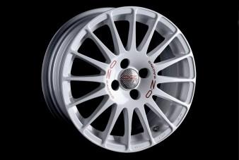 Alfa Romeo 4C Definitiva par LAZZARINI DESIGN