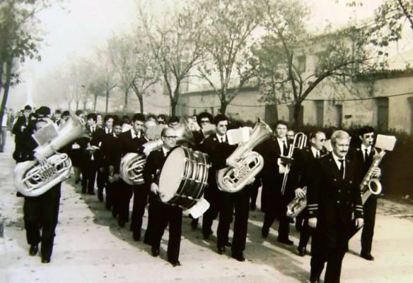 Banda Municipal desfilando con D. Ángel Parla a la cabeza.