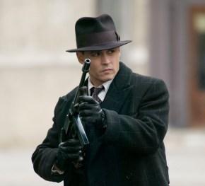 """No filme """"Inimigos Públicos"""", Johnny Depp interpreta um espião de época nos anos 20. O chapéu, fato escuro e luvas em pele não podiam faltar."""