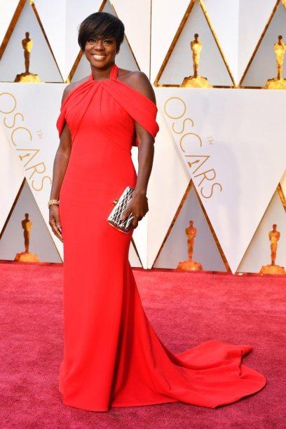 Viola Davis, vencedora do Óscar de Melhor Atriz Secundária estava firma com o seu vestido escolhido. Num tom de vermelho e um corte simples que lhe corre pelos ombros foi das melhores vestidas.