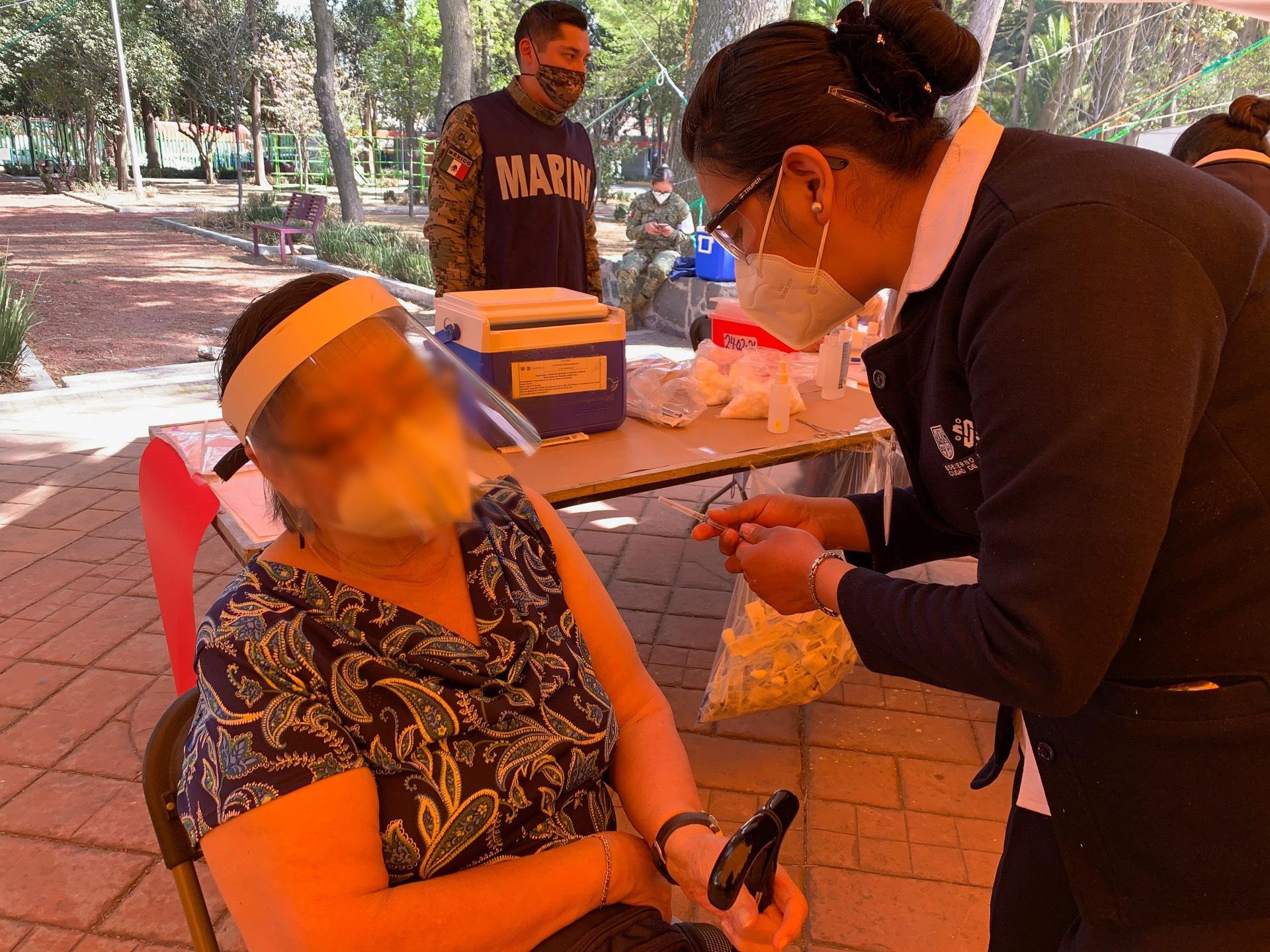 © 2021 Derechos Reservados Foto de Silvia Meave Avila - Vacunación en Deportivo Xochimilco