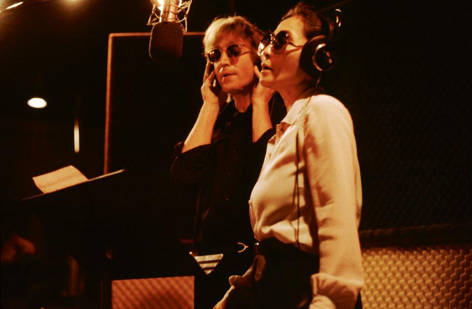 """""""Yoko gab bei allem die Richtung vor: Öffentlichkeitsarbeit, Ma nage ment,  Telefonate. Bei allem. John war absolut auf die Musik konzen triert. Das  nahm ihn im Studio sehr in Anspruch."""" © Kishin Shinoyama. John Lennon & Yoko Ono. Double Fantasy"""