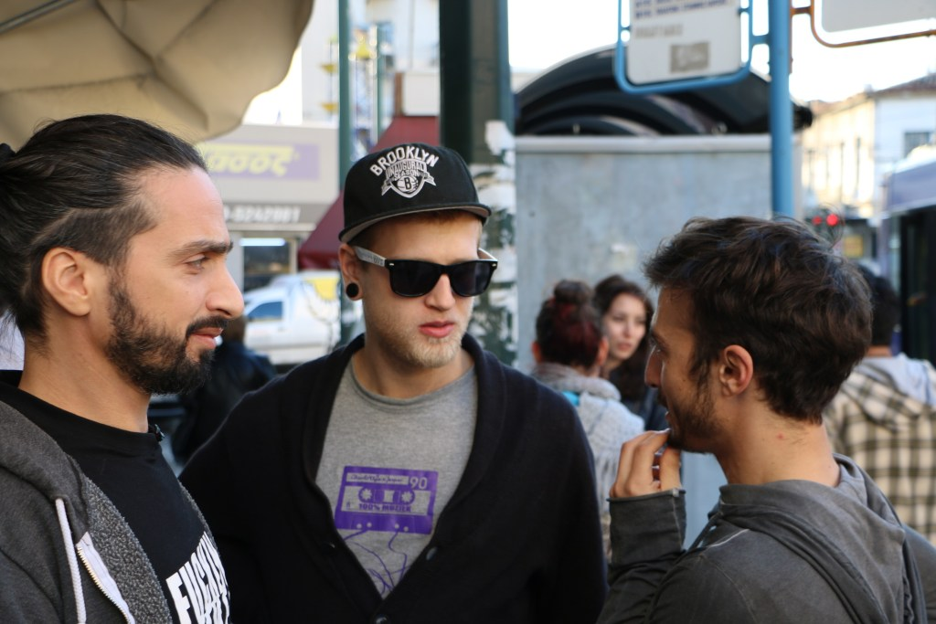 Beim Dreh: Alex und Iordanis im Gespräch mit Vangelis-Darsteller Anastasis Kolovos (ganz links)