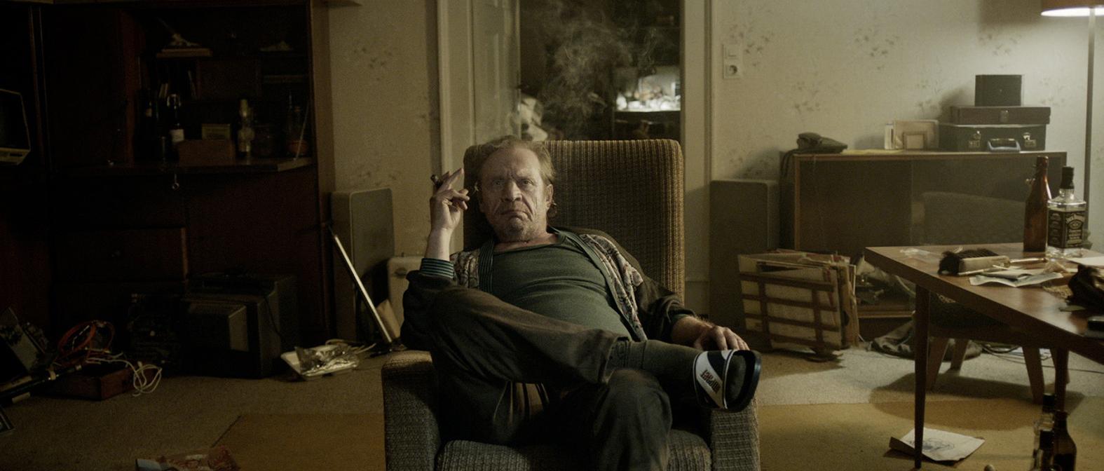 Trash Detective: Uwe (Rudolf Waldemar Brem) zu Hause (c) DOMAR Film GmbH