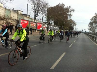 Radeln ohne Stadtverkehr dank Polizeieskorte