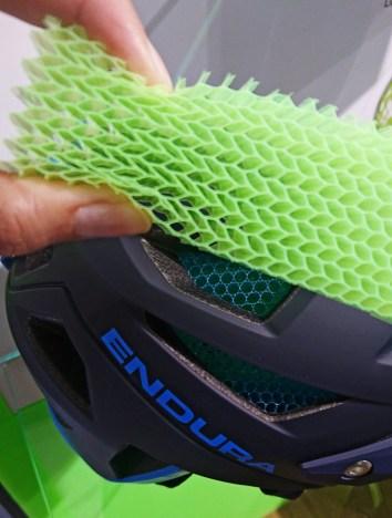 Das Koroyd-Material bewegt sich bei einem Sturz mit der Rotation