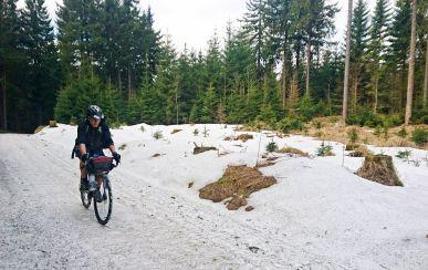 der Kampf gegen den letzten Schnee vor dem Fichtelberg