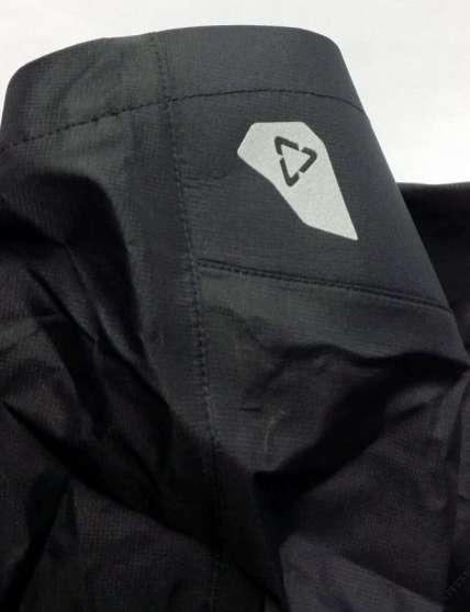 Reflektierendes Logo auf der Rückseite der Kapuze