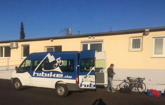 Wir bepacken den HIBIKE Bus