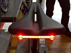 Praktische Sattel-Beleuchtung am E-Commuter