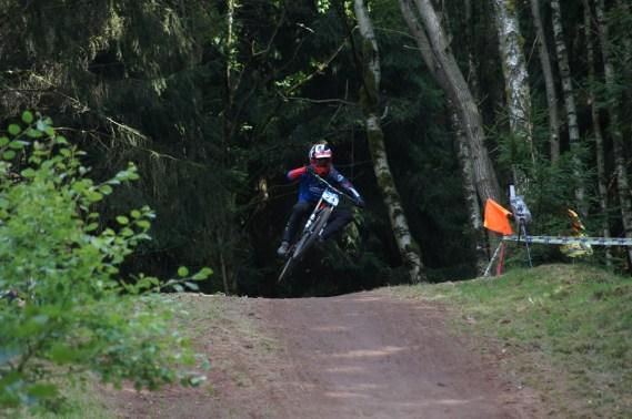 Marcell im Tiefflug über den Zielsprung.