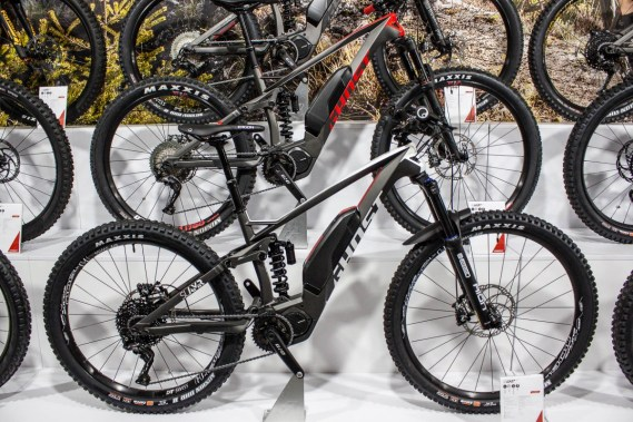Das SLAMR-Hybrid X S7.7 kommt mit Carbon-Rahmen und schluckfreudigem Fahrwerk mit Stahldämpfer.