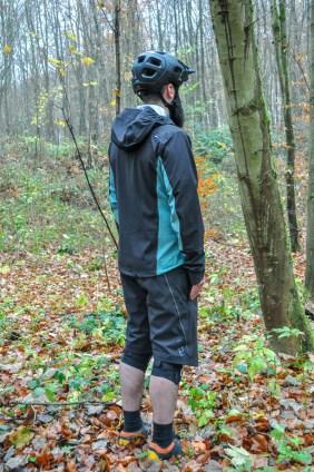 Gut zu erkennen: Das wasserabweisende, dreilagige Laminat am Rücken, den Schultern und an den Ärmeln.