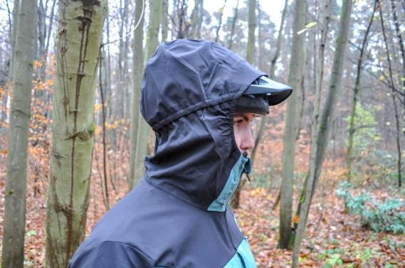 Praktisch: Die Kapuze lässt sich über dem Helm tragen und erfüllt somit ihrer Funktion auch beim Fahren.