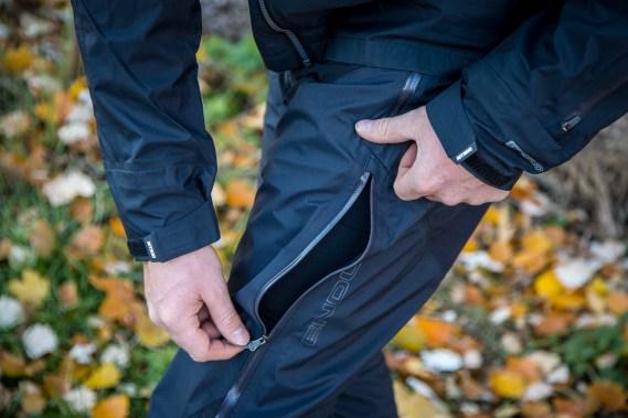 Die Ventilationsöffnungen an den Beinseiten sind extrem groß. Zu weit sollte man sie nicht öffnen, da man sonst im Gebüsch in Bedrängnis gerät.