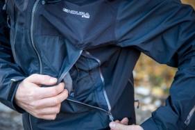 Die Regenjacke verfügt über die selben großen Taschen wie der Regenanzug.