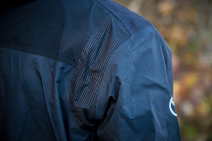 Abriebfeste und wasserdichte Schulterpartie an der Endura MT500 Regenjacke.