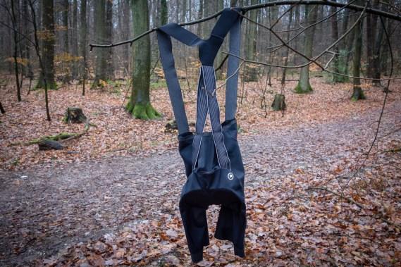 Ein Höslein hängt im Walde ganz still und stumm ...