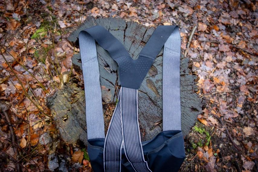 Die Träger wurden neu designt. Während die Rückseite zusätzlich mit einer einzelnen Partie aus elastischem Material versehen wurde, um ein Maximum an Stabilität zu gewährleisten, hat man der Vorderseite ein flexibleres Material verpasst, welches Feuchtigkeit ableiten soll.