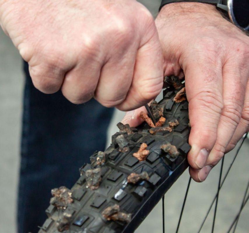 4. Die Werkzeugspitze in das Loch einführen.
