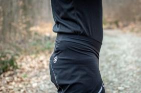 Der hoch geschnittene und elastische Bund wird über dem Hüftgold getragen und hält die Hose somit an Ort und Stelle.