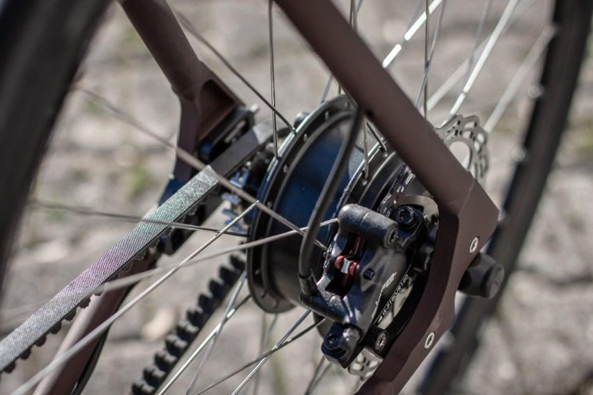 Die Verlagerung des Motors an die Hinterachse, bringt den Schwerpunkt dahin, wo er für ein Antriebsstarkes E-Bike am sinnvollsten ist: Ans Heck.