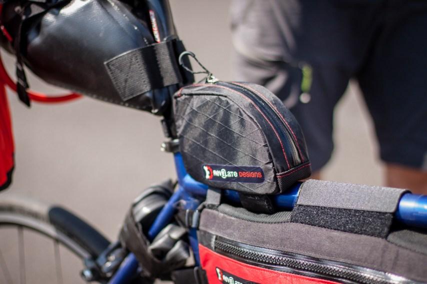 Die Jerrycan Tasche von Revelate bietet genügend Platz für Schlauch und werkzeug oder aber auch für Snacks für unterwegs.