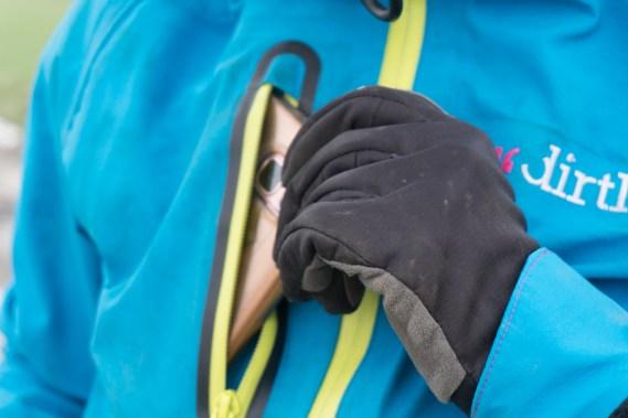 Diverse Taschen bieten Stauraum für Wertgegenstände und Werkzeug oder Riegel