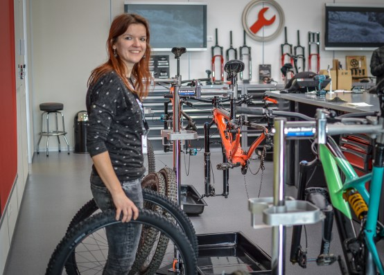 Steffi bringt ihre persönlichen Testlaufräder zu ihrem Bike ...